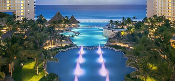 hotel with infinity pools in cancun