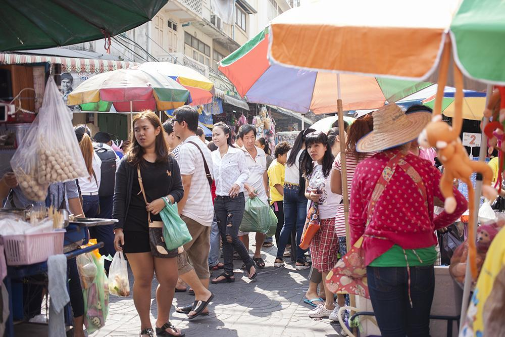 Daytime in Yaowarat sees a lot of market goers going about their shopping.